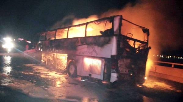 النيران تلتهم الحافلة.
