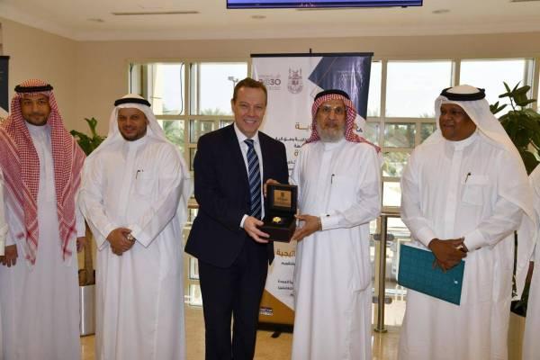 «جامعة أم القرى» تبحث تطوير العلاقات مع الجامعات البريطانية