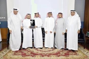 تكريم المتحدثين في ختام ورشة عمل «تقنية البناء في الإسكان».