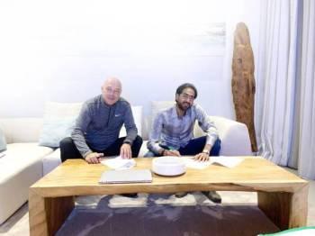 الصائغ وجروس لحظة توقيع العقد عقب اتفاقهما على كافة البنود.