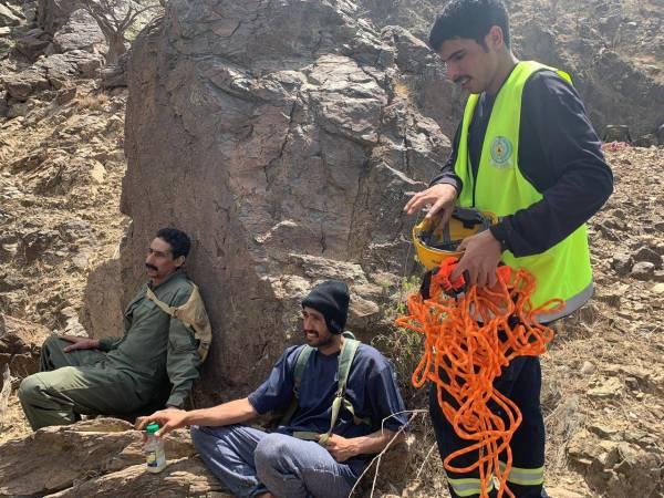 طيران الأمن يخلي 3 عالقين في جبال الحجرة