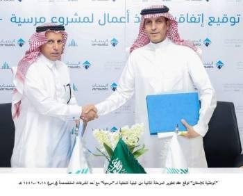 محمد البطي وسعد العتيبي عقب توقيع عقد تطوير المرحلة الثانية من مشروع «مرسية».