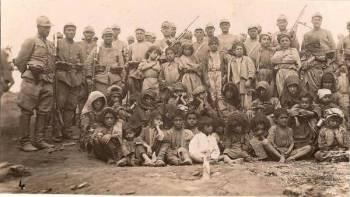 جنود أتراك، التقطوا صورة رفقة عدد من أكراد درسيم قبل قتلهم.
