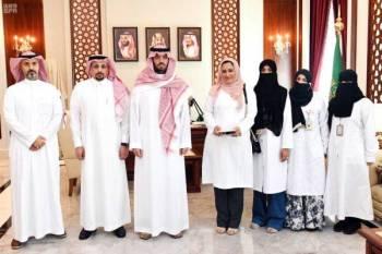 الأمير سعود بن جلوي مع المشاركين في الفعالية.