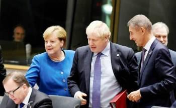 جونسون وميركل خلال قمة قادة الاتحاد الأوروبي في بروكسل أمس. (رويترز)