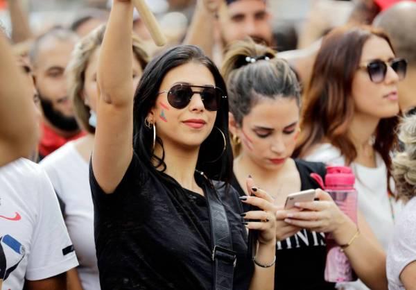 متظاهرون لبنانيون يحتجون على تردي الأحول المعيشية شمال بيروت أمس. (أ ف ب)