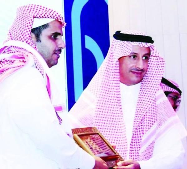 الزميل عبدالكريم الذيابي مكرماً من أحمد الخطيب.