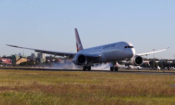 الطائرة الأسترالية لحظة هبوطها في سيدني بعد إقلاعها من نيويورك في رحلة دون توقف.