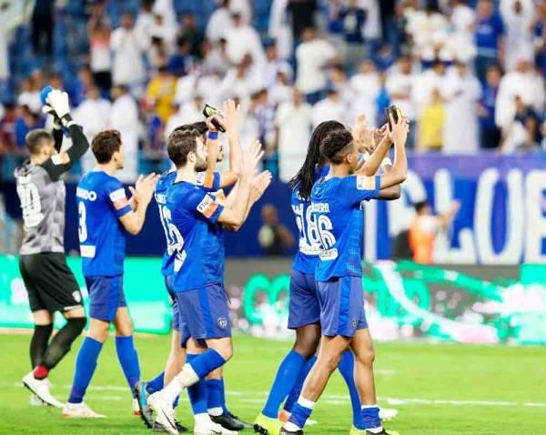 فرحة لاعبي الهلال عقب الفوز على ضمك والمحافظة على صدارة الدوري.