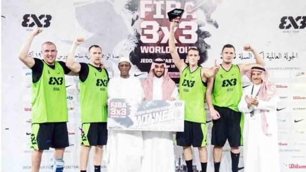 الأمير عبدالعزيز يتوج الفريق البطل للجولة العالمية لكرة السلة بجدة.