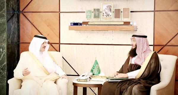 الأمير سعود بن نايف خلال لقائه مدير البريد في المنطقة.