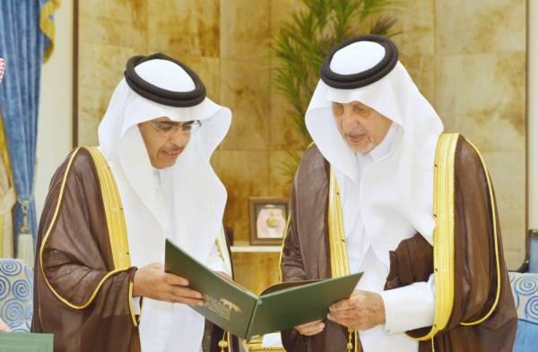 الفيصل يتسلم تقرير فرع وزارة العمل.