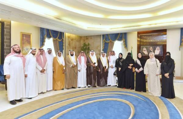 صورة جماعية لأمير منطقة مكة مع منسوبي فرع وزارة العمل.