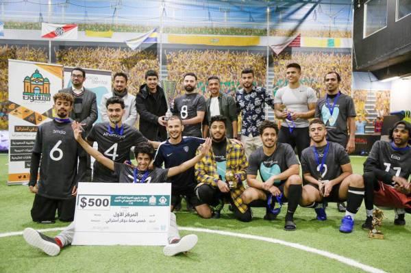 صورة جماعية لفريق الفتح الفائز بكأس البطولة العربية لكرة القدم في ملبورن.