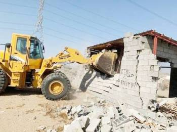 آلية البلدية أثناء إزالة التعديات.