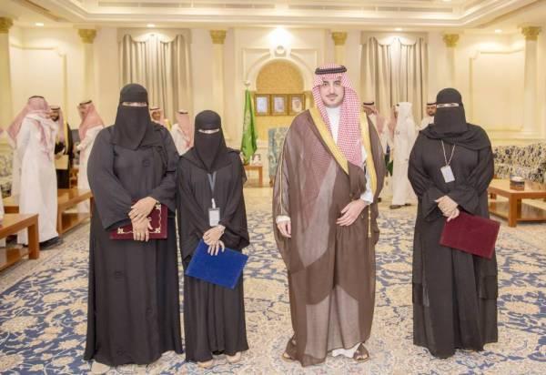 الأمير نواف بن فيصل مع المكرمات. (عكاظ)