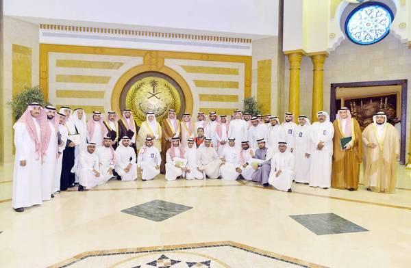 الأمير خالد الفيصل متوسطا المكرمين. (عكاظ)