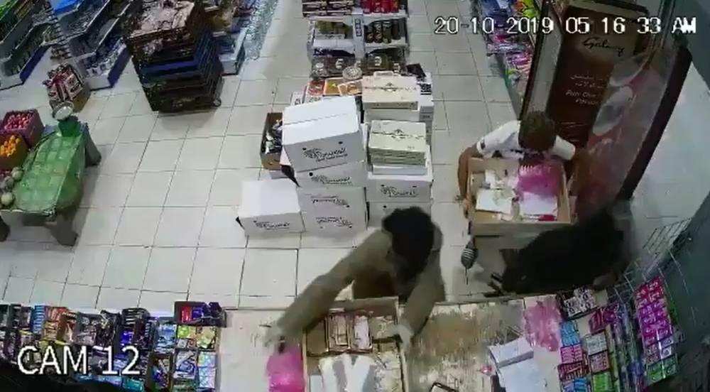 بالفيديو.. مسلحون يقتحمون محل تموينات في قرية الخريطة بتبوك