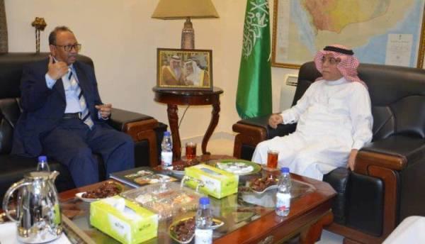السفير السعودي في السودان مستقبلاً أمين المغتربين السودانيين. (عكاظ)
