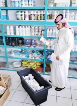 أحد مفتشي فرع وزارة البيئة في محل مبيدات.
