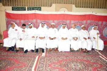 ذوو الفقيد في مجلس العزاء. (تصوير: عبدالسلام السلمي)