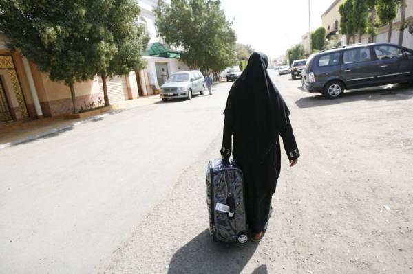 مطالبات بإعادة صياغة عقود العاملات المنزليات للحد من حالات الهروب.