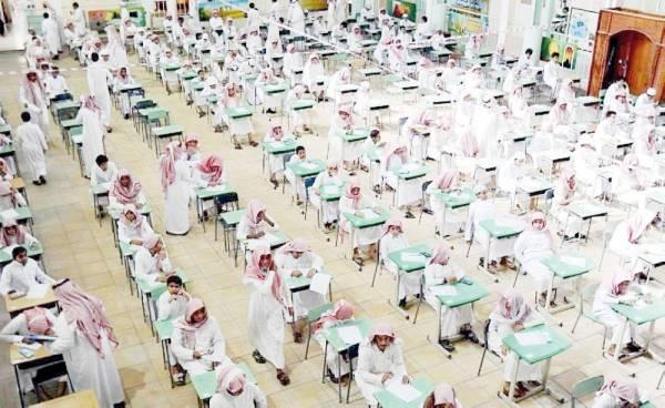 طلاب يؤدون الاختبار.