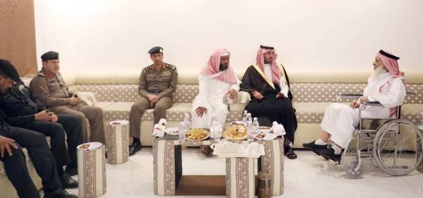 الأمير سعود بن جلوي مقدما التعازي لذوي الشهيد.