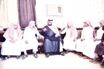 الأمير محمد بن عبدالعزيز مع ذوي الشهيد. (عكاظ)