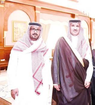 الأمير فيصل بن سلمان والزميل الجابري. (عكاظ)