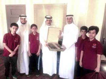 الوفد الطلابي يقدم الهدايا للزهراني.