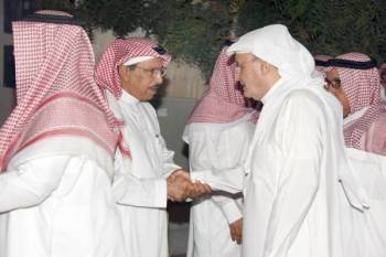 خالد بن عبدالله مقدما واجب العزاء.