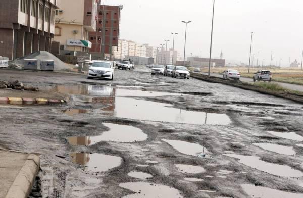 شارع رئيسي في حي التيسير تحول إلى مستنقع يعيق حركة السير. (تصوير: أحمد المقدام)