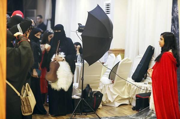 مشاركات في دورة التصوير. (عكاظ)