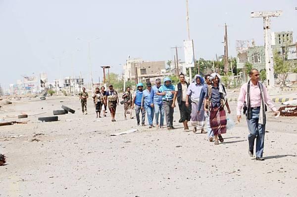 عناصر اللجنة المشتركة المكونة من الأمم المتحدة والشرعية والحوثي خلال نشر النقطة الرابعة بالحديدة أمس. (إعلام الجيش)
