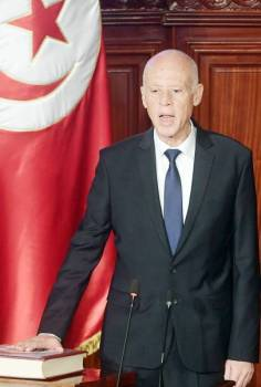 قيس سعيد يؤدي القسم أمام أعضاء الجمعية التأسيسية في تونس أمس. (أ.ف.ب)