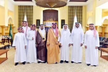 الأمير بدر بن سلطان يتسلم تقرير مركز العمليات الأمنية.