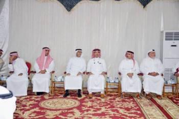 ذوو الفقيد في مجلس العزاء أمس. (تصوير: عبدالسلام السلمي)