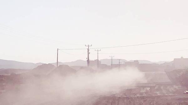 الطريق الترابي ينشر الغبار أمام العابرين. (عكاظ)