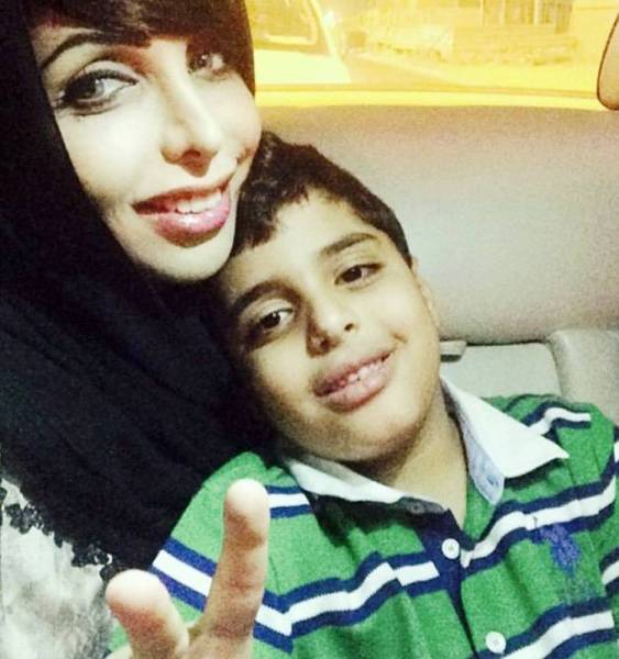 هند القاسمي إلى جانب ابنها سعود بن عبدالله بن سعود آل ثاني