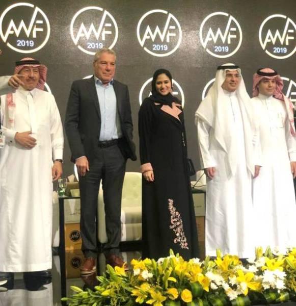حنين شعيب مع المشاركين في جلسة الإعلام في المستقبل.