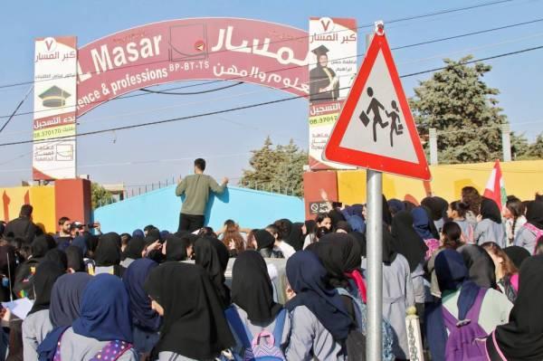 طلاب لبنانيون يتظاهرون أمام مبنى مدرستهم في بعلبك بوادي البقاع الشرقي، أمس. (أ.ف.ب)