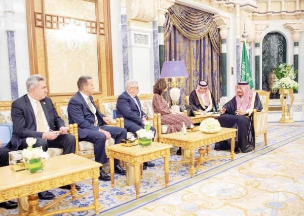 الملك سلمان بن عبدالعزيز خلال استقباله جينا هاسبل أمس (الخميس).