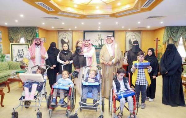 الأمير عبدالعزيز بن فهد خلال استقباله منسوبي الجمعية.