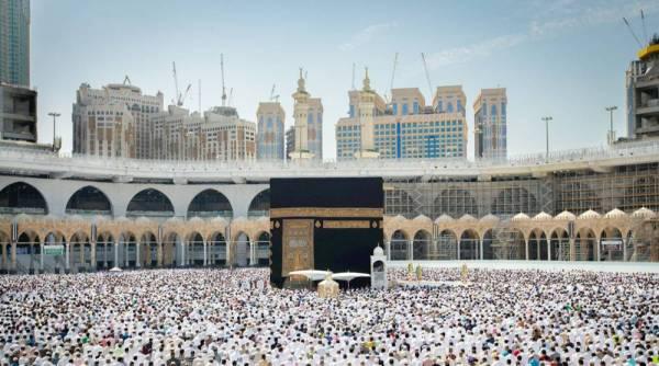 جموع المصلين خلال تأديتهم صلاة الجمعة في الحرم المكي أمس.