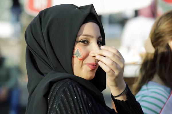 لبنانية تشارك في احتجاجات ساحة النور في طرابلس أمس الأول. (أ ف ب)