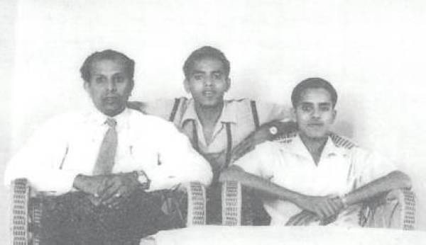 صورة التقطت للعيسى في بيروت في شبابه مع ابنيه إبراهيم وعبدالرحمن.