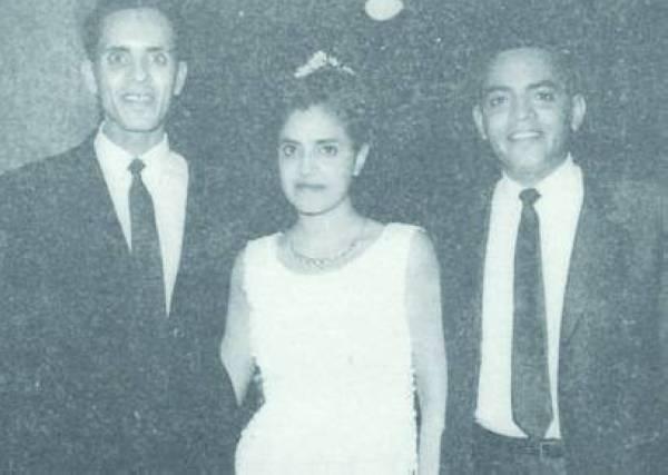 الجوهرة العيسى تتوسط أخويها إبراهيم وعبدالرحمن في ليلة زفافها سنة 1965.