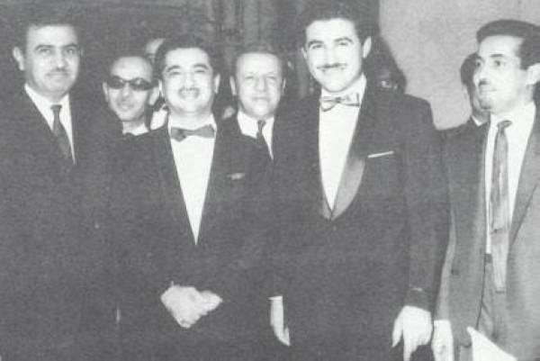 من اليمين: محمد أبا الخيل، الأمير سطام بن عبدالعزيز، حسن المشاري، وعبدالعزيز القريشي، وخلفهما سليمان العليان وعبدالرحمن المرشد في حفل زفاف الجوهرة العيسى في بيروت عام 1965.