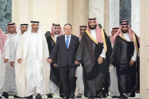 ولي العهد مرافقا الرئيس اليمني وولي عهد أبوظبي في احتفالية التوقيع على اتفاقية الرياض. (عكاظ)